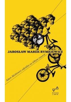 Adam Mickiewicz ojdeżdża na zółtym rowerze w.2